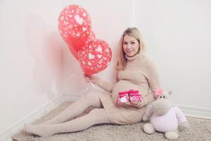 Зимняя фотосессия беременности в студии: как подобрать подходящую одежду?