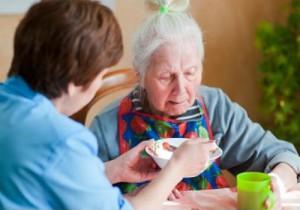 Сиделка с проживанием – надежная помощь старикам