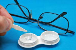 Что лучше - контактные линзы или очки