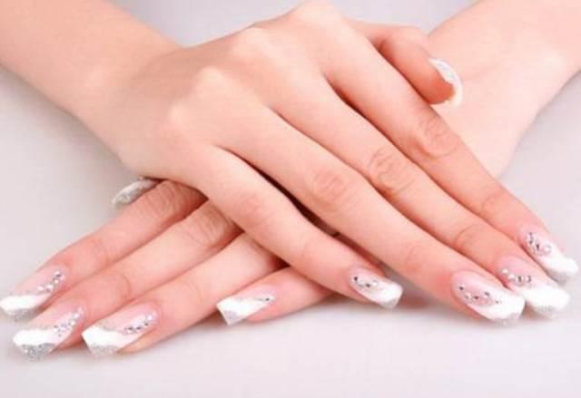 Самая популярная процедура - наращивание ногтей