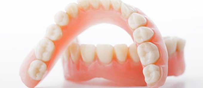 Почему лучше использовать акриловые зубные протезы?